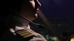 Succesvol mannelijk kapiteins vliegend vliegtuig en het bekijken nachtstad, het werk stock footage