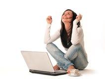 Succesvol meisje met een computer Stock Foto's