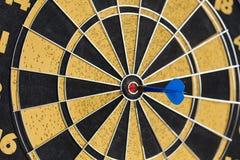 Succesvol opdrachtconcept 3D teruggegeven illustratie over witte achtergrond Het raken van doeldoel, de blauwe steek van de doelv Royalty-vrije Stock Afbeelding