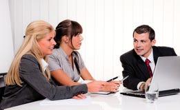 Succesvol team op een vergadering in het bureau Royalty-vrije Stock Foto's