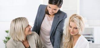 Succesvol team van goed opgeleide onderneemsterzitting bij bureau w Stock Foto