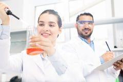 Succesvol wetenschappelijk experiment in laboratorium stock fotografie