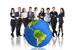 Succesvol zakenlui naast grote aardebal Royalty-vrije Stock Afbeelding