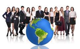 Succesvol zakenlui naast grote aardebal Stock Foto