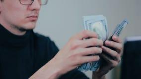 Succesvol zakenman tellend geld, gelukkig over zijn inkomens, inkomen stock footage