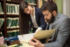 Succesvolle advocaten of zakenman gelezen belangrijke documenten, indoo stock fotografie