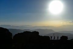 Succesvolle alpinismegroep in de topbergen Stock Fotografie