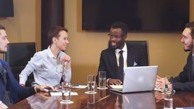 Succesvolle Amerikaanse zakenman op een vergadering met zijn partners stock footage