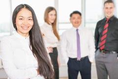 Succesvolle Aziatische bedrijfsvrouw met commercieel team Stock Afbeeldingen