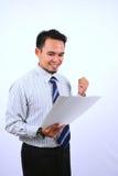 Succesvolle Aziatische bussinessman, zeer gelukkig bekijkt het Witboek Stock Afbeelding