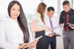 Succesvolle Aziatische de tabletpc van de bedrijfsvrouwenholding Royalty-vrije Stock Fotografie