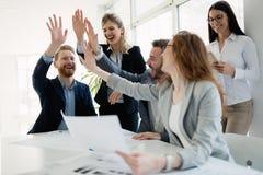 Succesvolle bedrijf het bereiken doelstellingen met bepaalde arbeiders royalty-vrije stock afbeeldingen