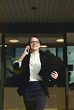 Succesvolle bedrijfsdame en professionele damegang rond bureau Royalty-vrije Stock Afbeeldingen