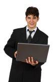 Succesvolle bedrijfsmens die met laptop werkt stock foto