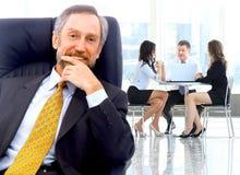 Succesvolle bedrijfsmens die zich met zijn personeel bevinden Stock Afbeeldingen