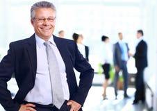 Succesvolle bedrijfsmens die zich met zijn personeel bevinden Royalty-vrije Stock Foto's