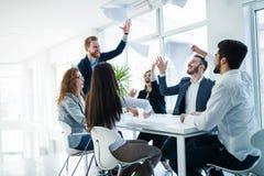 Succesvolle bedrijfsmensen die bereikte bedrijfsdoelstellingen vieren Royalty-vrije Stock Afbeeldingen