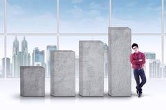 Succesvolle bedrijfspersoon met grafiek Stock Foto