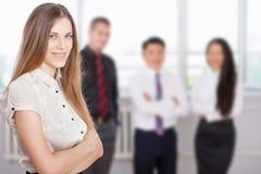 Succesvolle bedrijfsvrouw bij voorgrond en commercieel team bij achtergrond Royalty-vrije Stock Foto