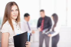 Succesvolle bedrijfsvrouw bij voorgrond en commercieel team bij achtergrond Royalty-vrije Stock Afbeeldingen