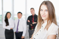 Succesvolle bedrijfsvrouw bij voorgrond en commercieel team bij achtergrond Stock Fotografie