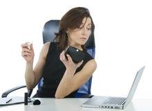 Succesvolle bedrijfsvrouw die omhoog het kijken maakt someth Stock Foto