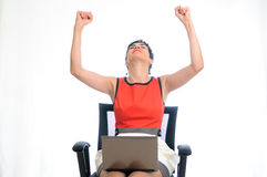 Succesvolle bedrijfsvrouw op laptop Royalty-vrije Stock Foto