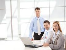 Succesvolle businessteam die gelukkig glimlacht Royalty-vrije Stock Afbeelding