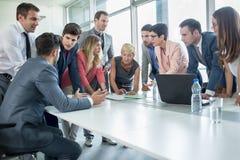 Succesvolle collectieve mensen die een commerciële vergadering hebben Royalty-vrije Stock Foto