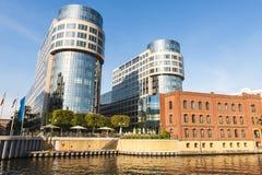 Oude en moderne architectuur op de Fuif van de Rivier, Berlijn Stock Foto
