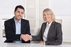Succesvolle commerciële vergadering met handdruk: klant en cliënt royalty-vrije stock fotografie