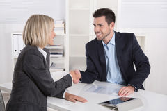 Succesvolle commerciële vergadering met handdruk: klant en cliënt stock afbeelding