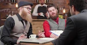 Succesvolle gebaarde zakenlieden op een vergadering met zijn partners stock footage