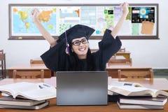 Succesvolle gediplomeerde student in de klasse Stock Fotografie