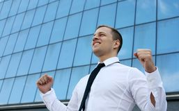 Succesvolle glimlachende jonge bedrijfsmens Stock Afbeeldingen