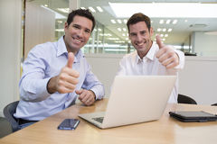 Succesvolle glimlachende zakenlieden die in bureau, camera, het geven kijken royalty-vrije stock fotografie