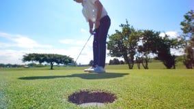 Succesvolle golfschommeling die door de mannelijke speler wordt gehouden stock videobeelden