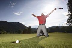 Succesvolle golfspeler op groen. Royalty-vrije Stock Afbeelding