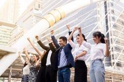 Succesvolle groep bedrijfsmensen, opgeheven de voltooiingshand van het Teamsucces, Fusies en aanwinst royalty-vrije stock afbeelding
