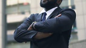 Succesvolle handen vouwen, aanplakborden bekijken en verkoper die in openlucht glimlachen stock video