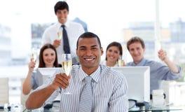 Succesvolle het commerciële team drinken champagne Stock Afbeelding