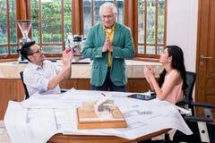 Succesvolle hogere die architect door zijn collega's wordt gelukgewenst Royalty-vrije Stock Fotografie