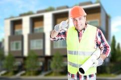 Succesvolle ingenieur of bouwer die een vraaggebaar doen Stock Fotografie