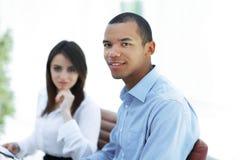 Succesvolle jonge bedrijfsmensen met financieel document stock foto's