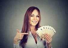 Succesvolle jonge het geld euro rekeningen van de bedrijfsvrouwenholding ter beschikking Royalty-vrije Stock Afbeeldingen