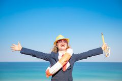 Succesvolle jonge onderneemster op een strand stock fotografie