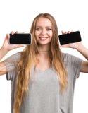 Succesvolle jonge vrouw die twee zwarte die smartphones houden op een witte achtergrond wordt geïsoleerd Een aantrekkelijk meisje Stock Foto