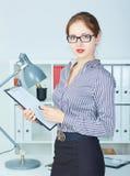 Succesvolle jonge vrouw met klembord Stock Fotografie