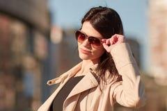 Succesvolle jonge vrouw op de achtergrond van een moderne stad royalty-vrije stock fotografie