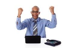 Succesvolle jonge zakenman, die vuisten dichtklemt Stock Foto's
